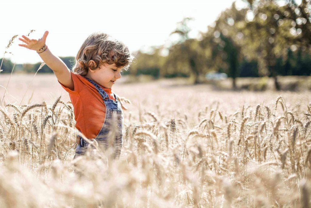 Enfant qui joue dans la nature
